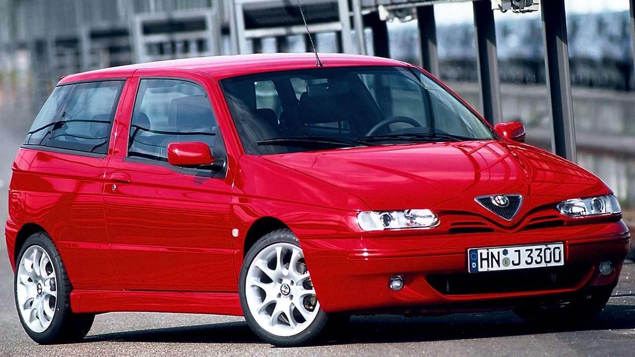 Передняя часть красной Alfa Romeo 145