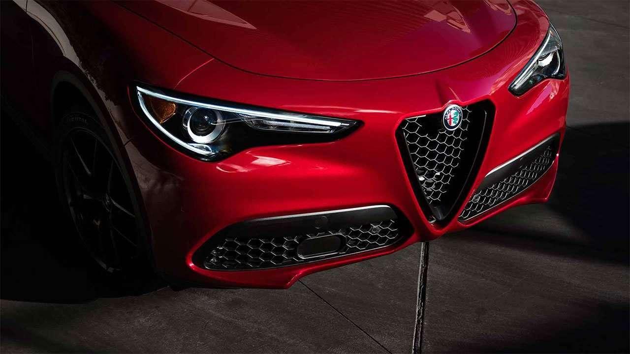 Передняя часть Альфы Ромео Giulia 2020-2021