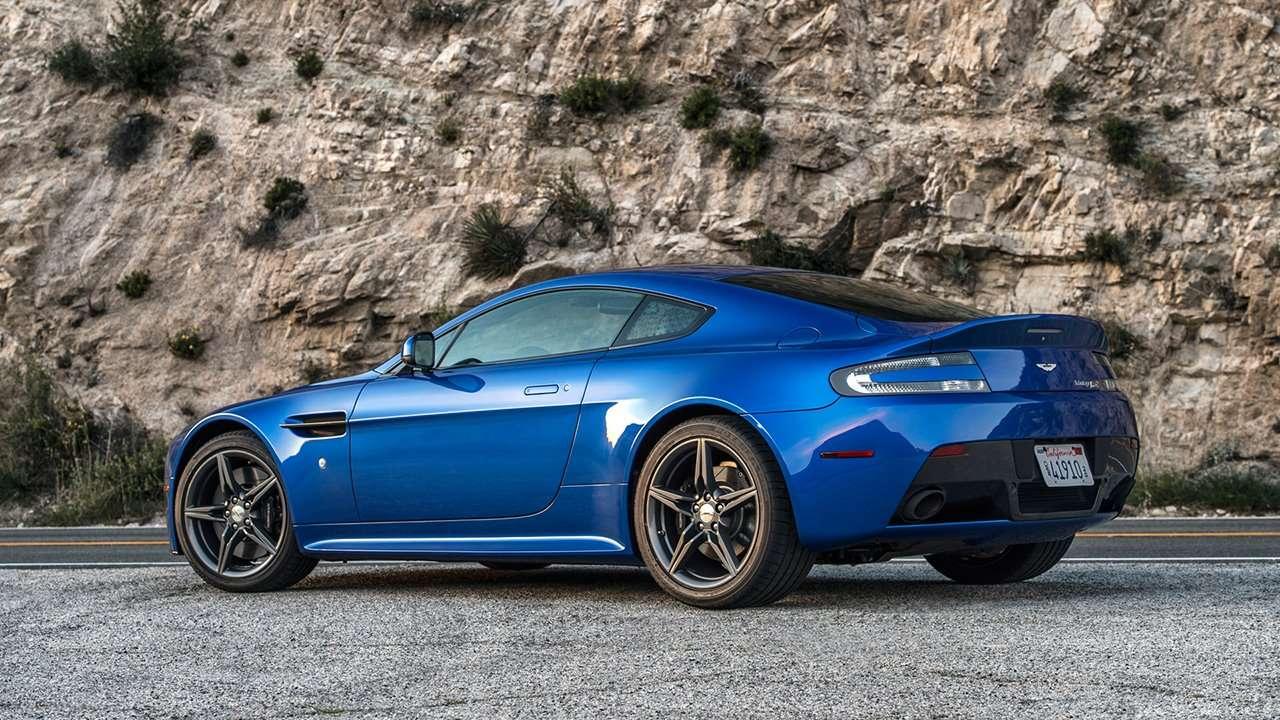 Aston Martin V8 Vantage фото сзади