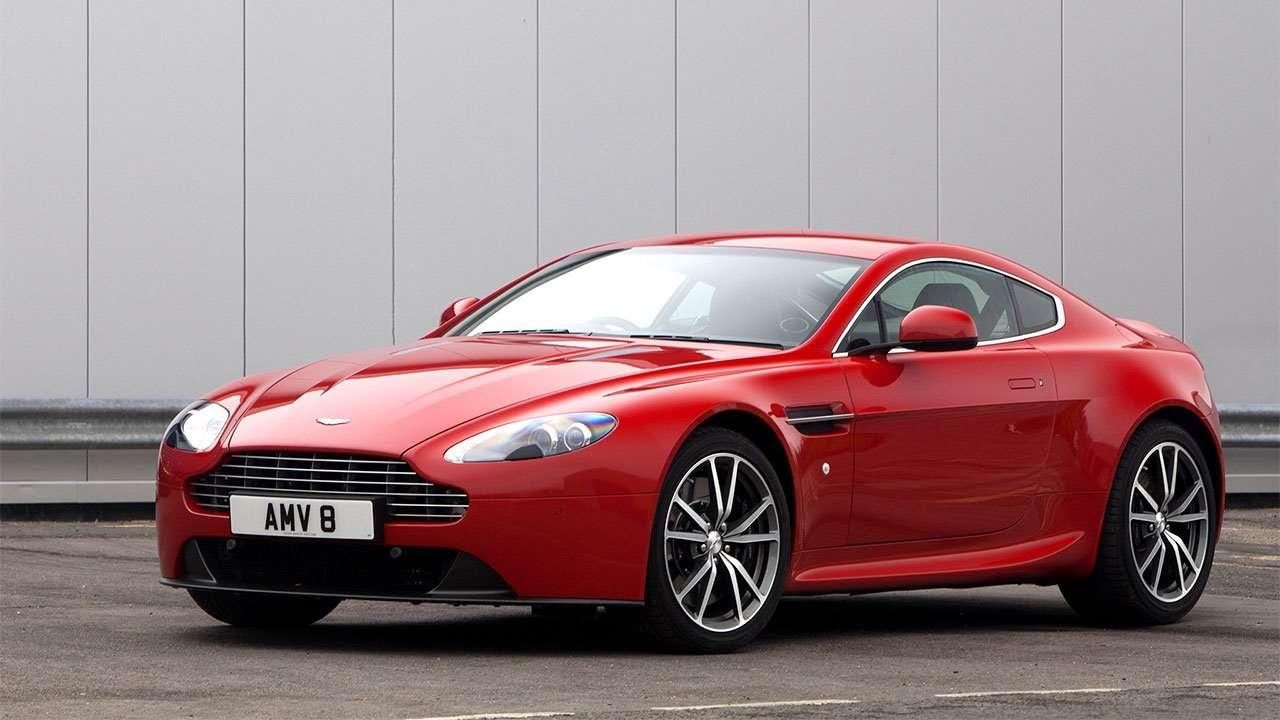 Красный Aston Martin В8 Вантаж