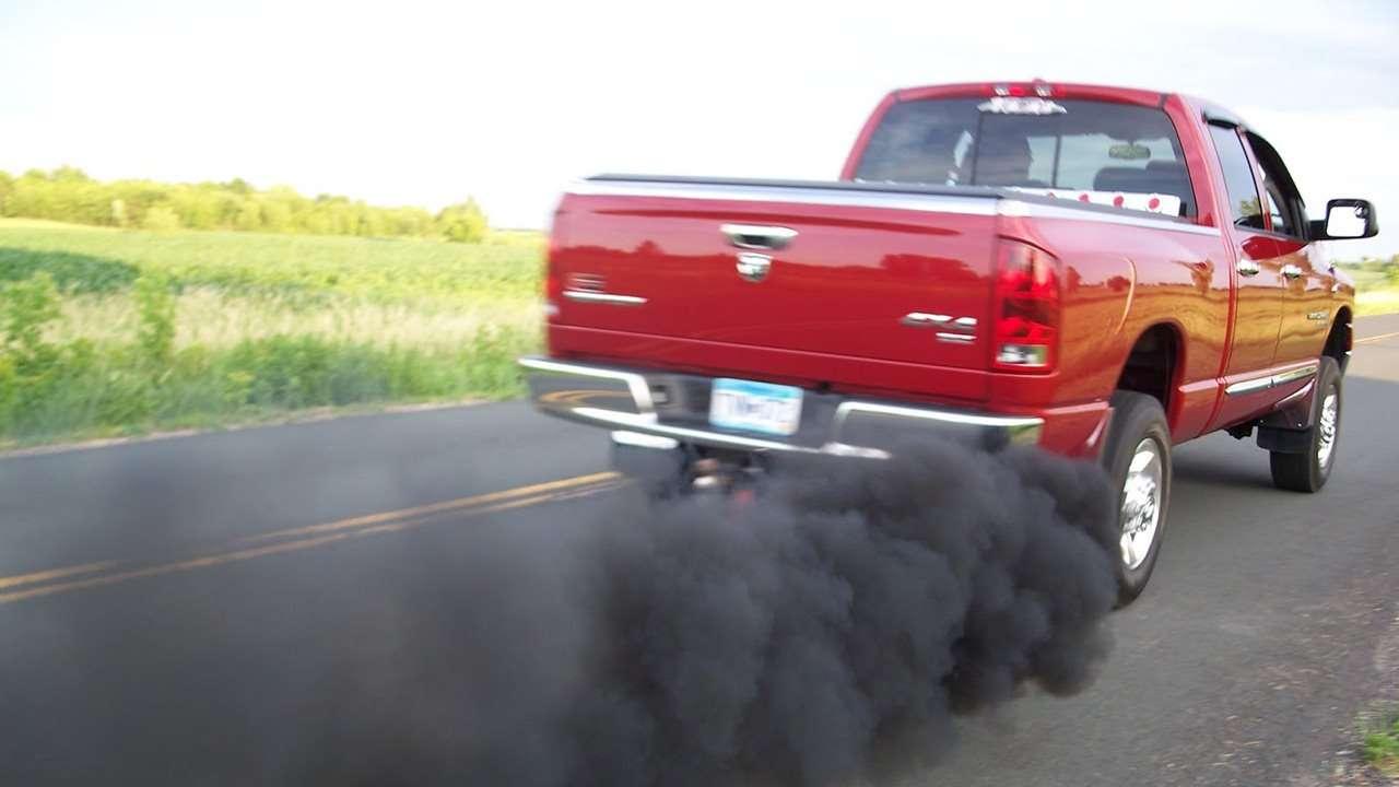 Черный дым из выхлопной трубы