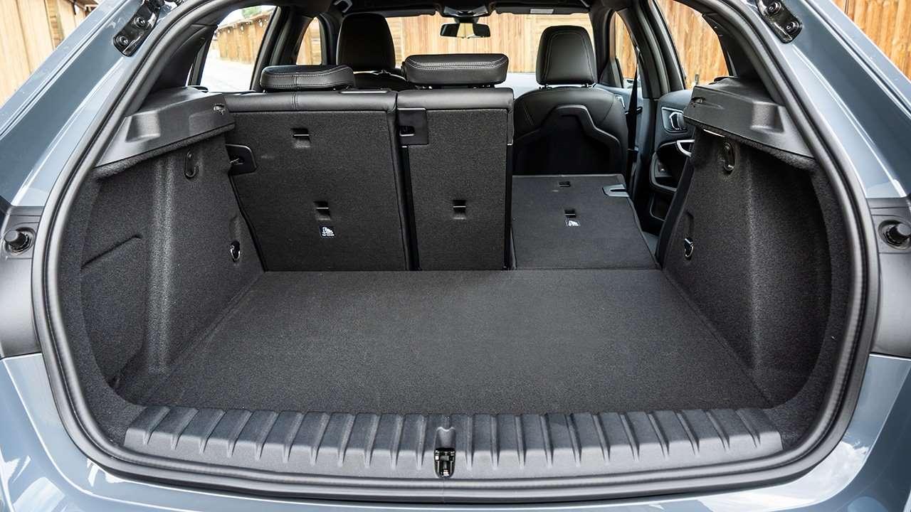 Фото багажника BMW 1-Series 2020-2021