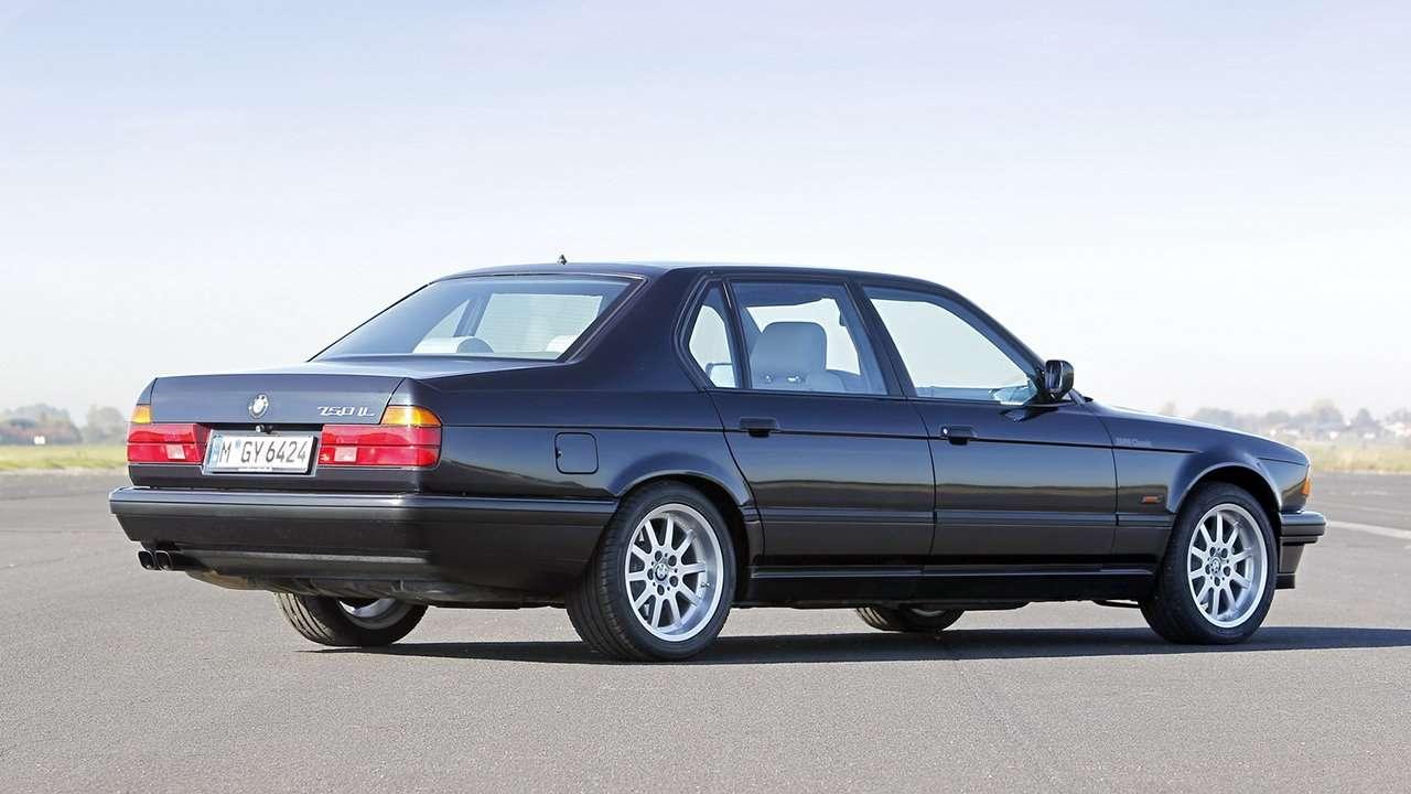 BMW 7-Series e32 фото сзади