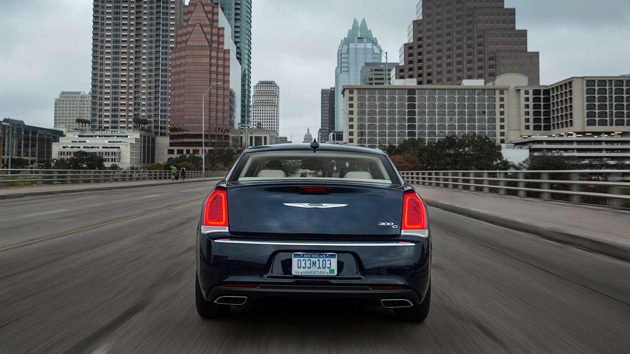 Chrysler 300C 2018 фото сзади