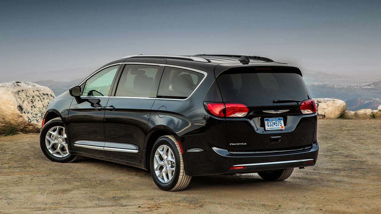 Chrysler Pacifica 2017-2018 фото сзади
