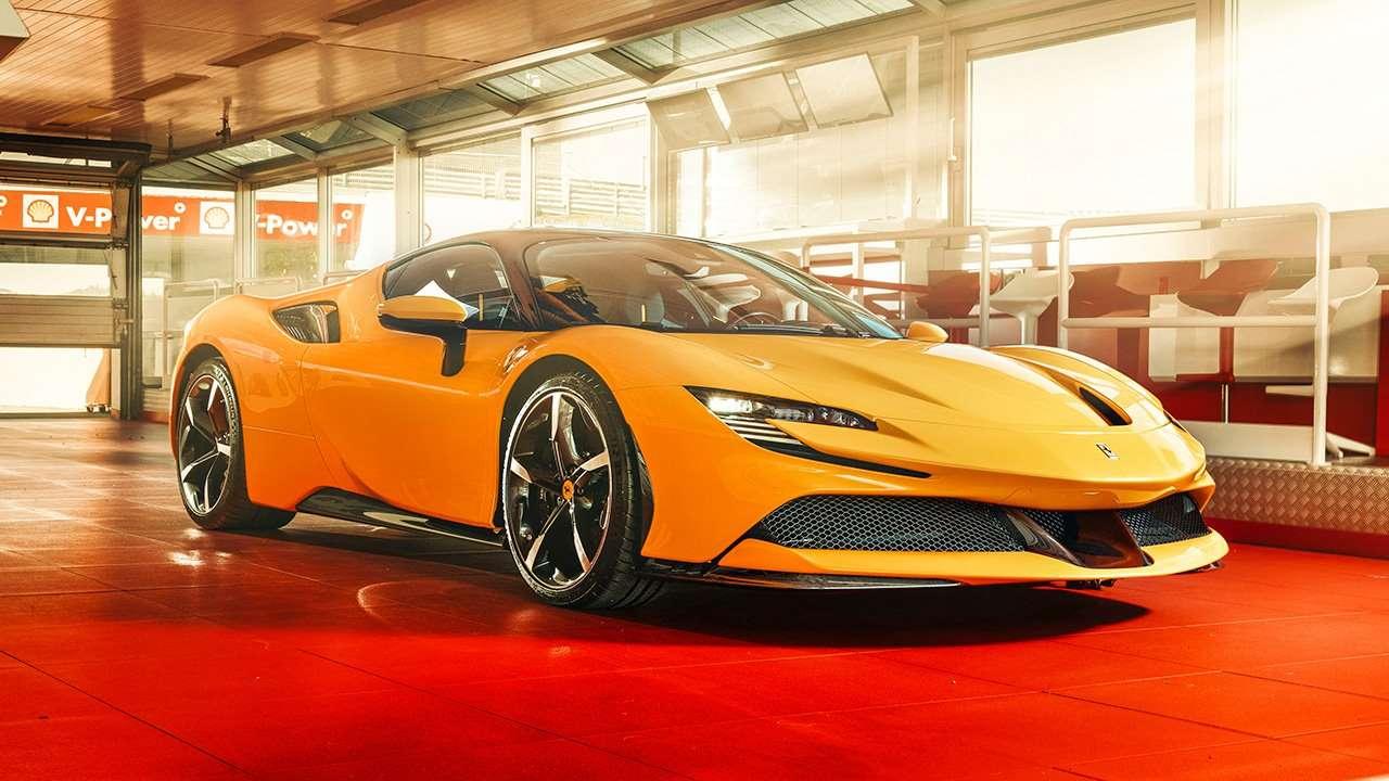 Желтая Ferrari SF90 Stradale