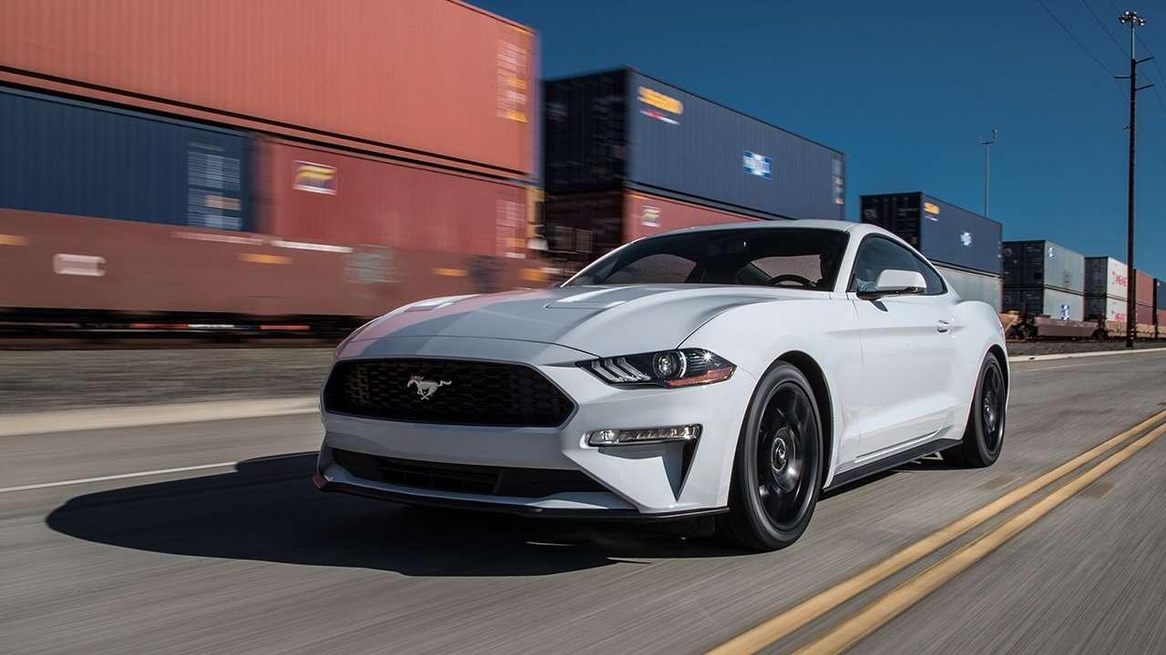 Фото белого Ford Mustang 2019-2020