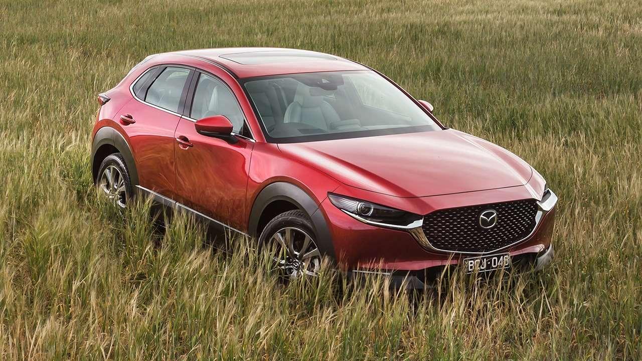 Красная Mazda CX-30 в поле