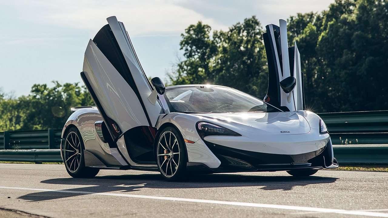 McLaren 600LT с открытыми дверьми