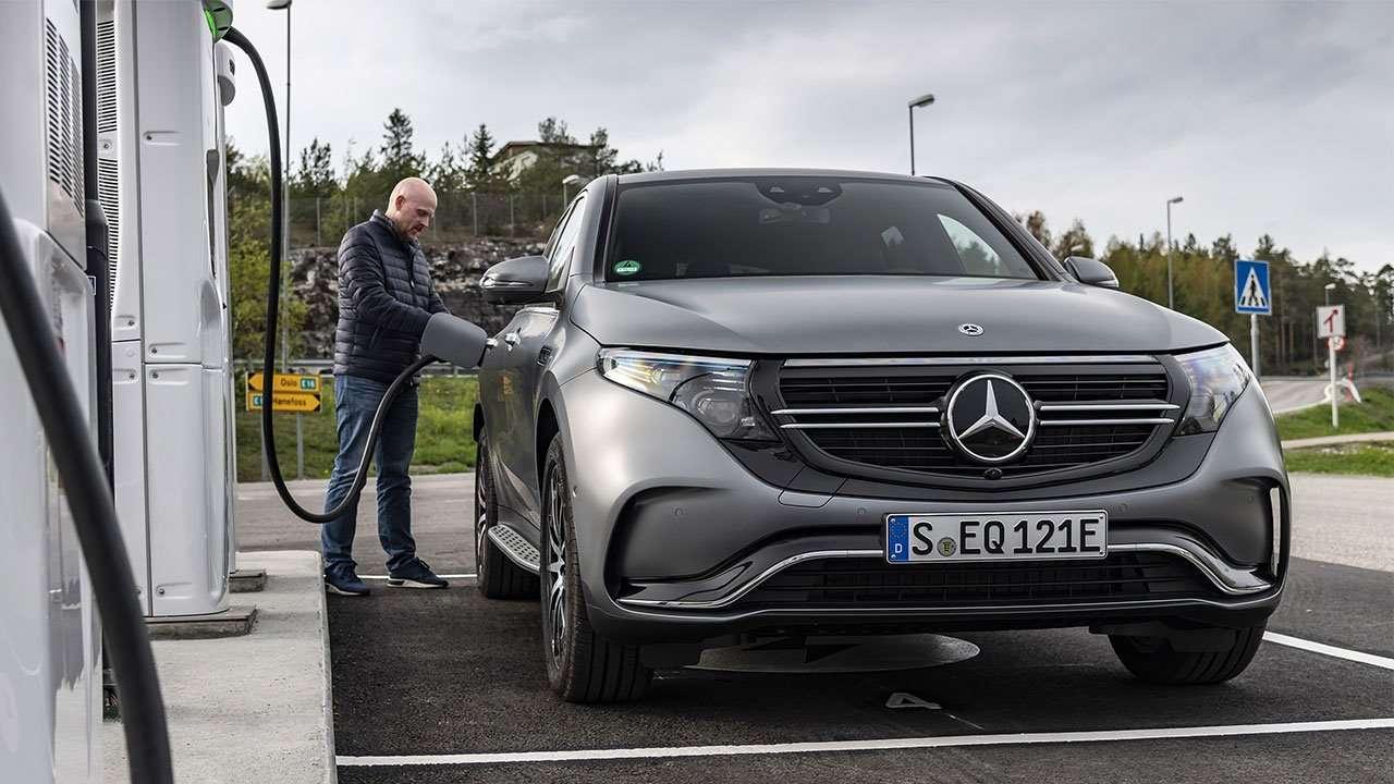Mercedes-Benz EQC на зарядке