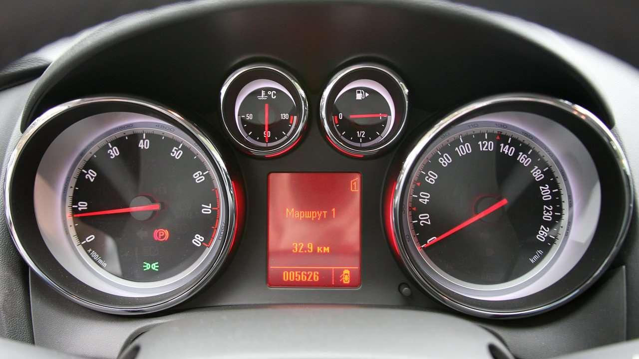 Opel Astra GTC J 2012 приборная панель