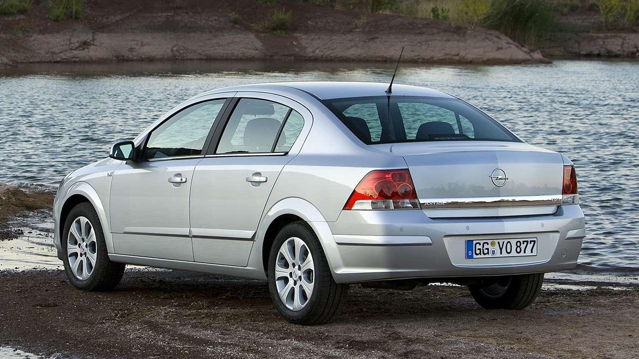 Задняя часть седана Opel Astra H