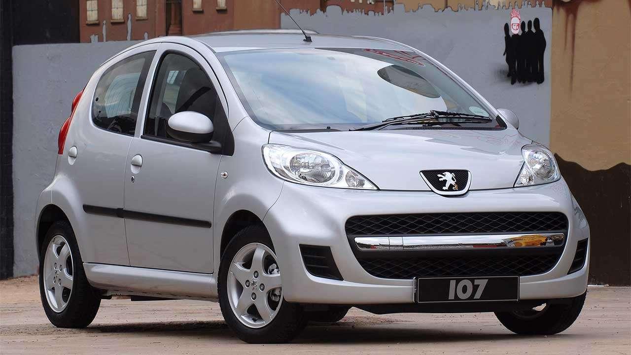 Фото серебристого Peugeot 107