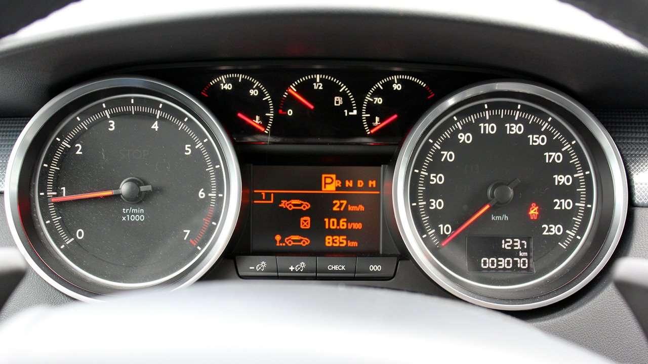 Peugeot 508 2011-2018 фото приборной панели