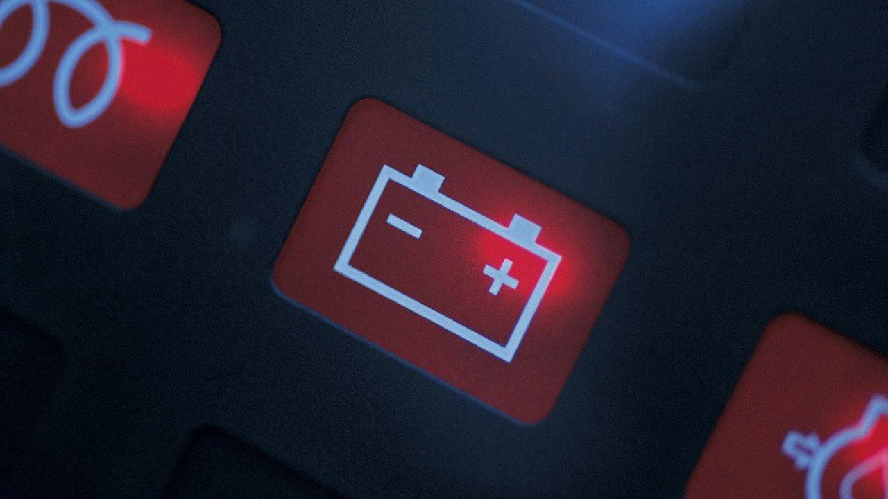 Лампа аккумулятора на панели приборов