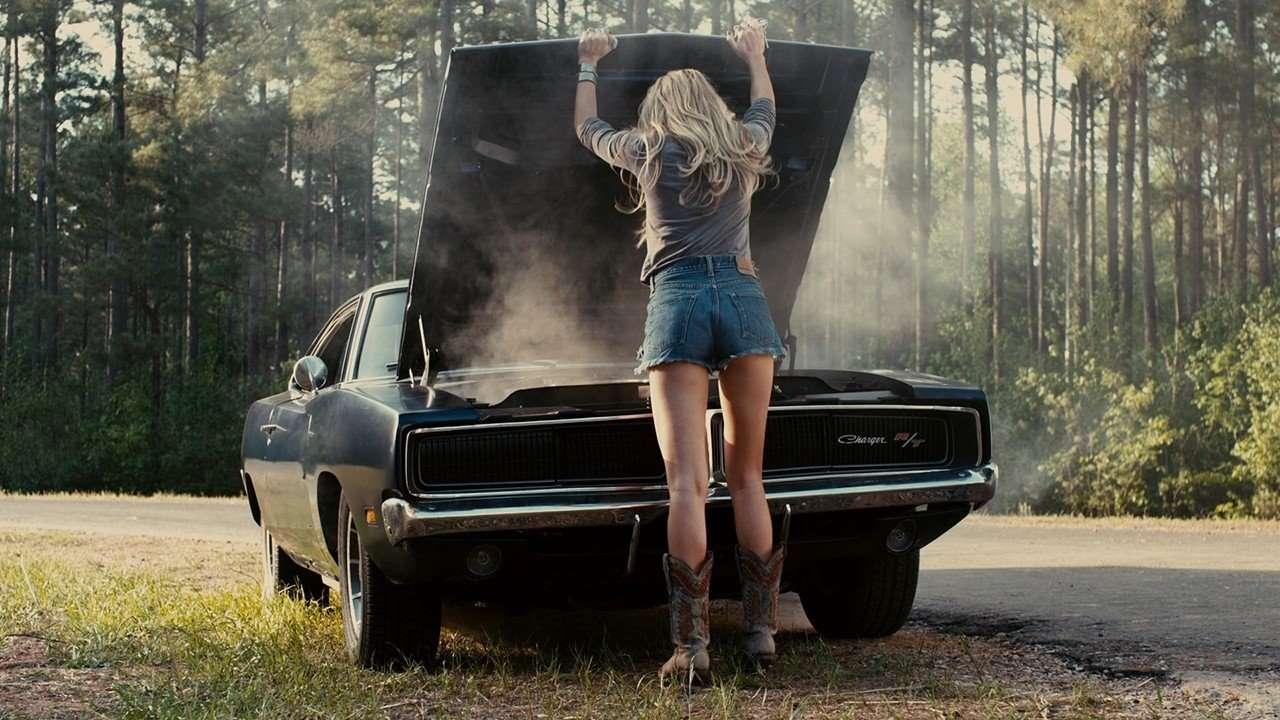 Девушка возле перегретого мотора