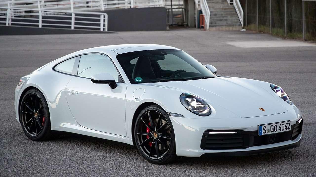 Белый Porsche 911 (992)