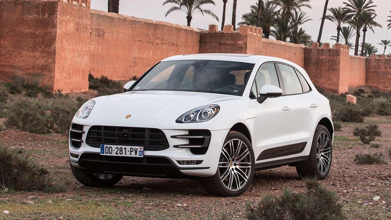 Передок белого Porsche Macan