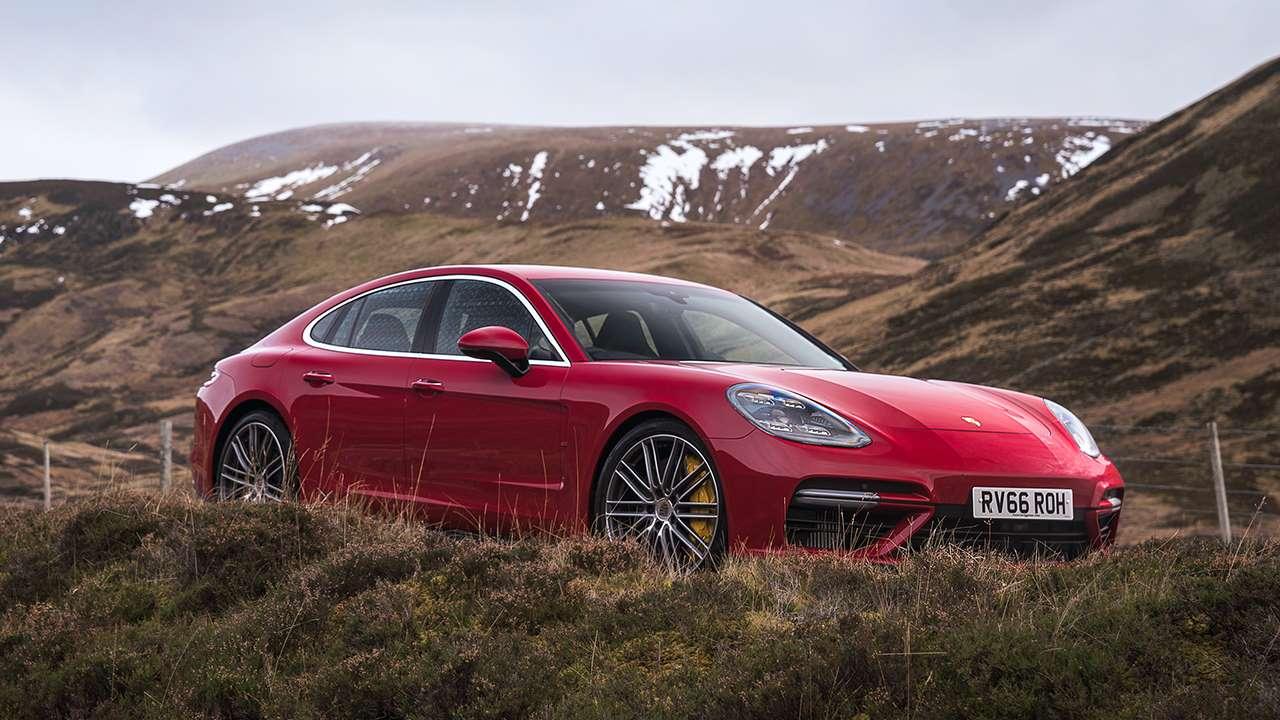Передок красного Porsche Панамера