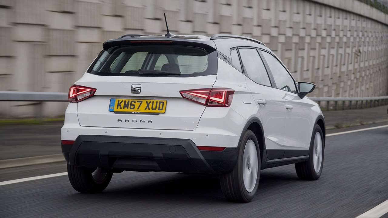 Белый SEAT Arona 2019-2020 сзади