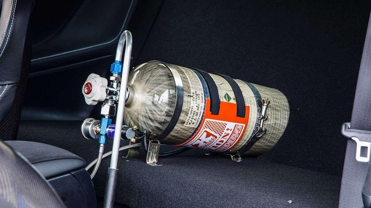 Балон закиси азота на заднем сиденье