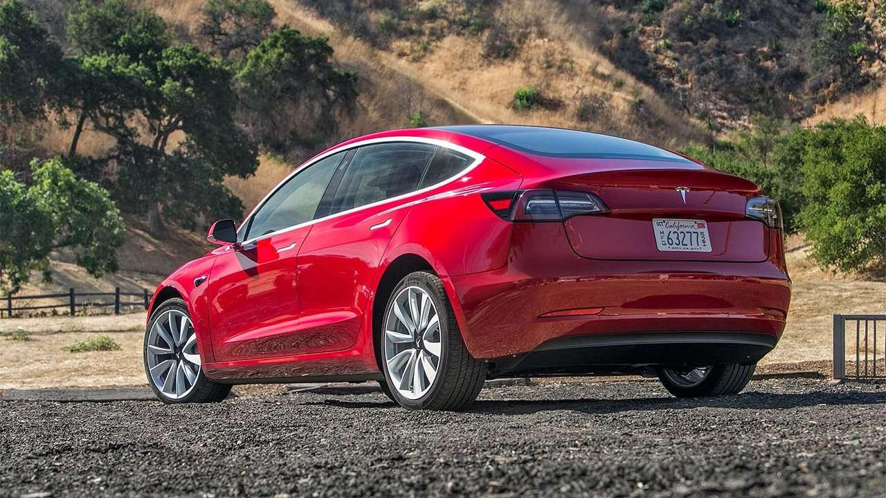 Tesla Model 3 фото сзади