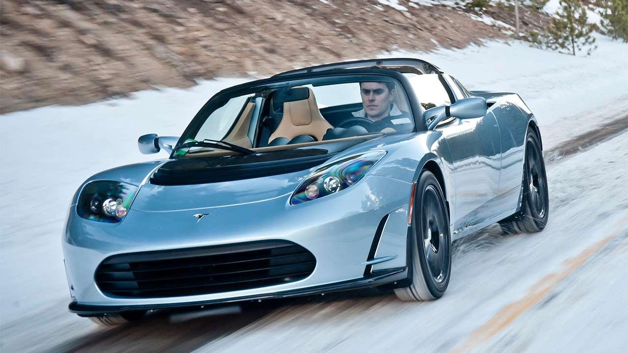 Фото серебристой Tesla Родстер (2008-2012)