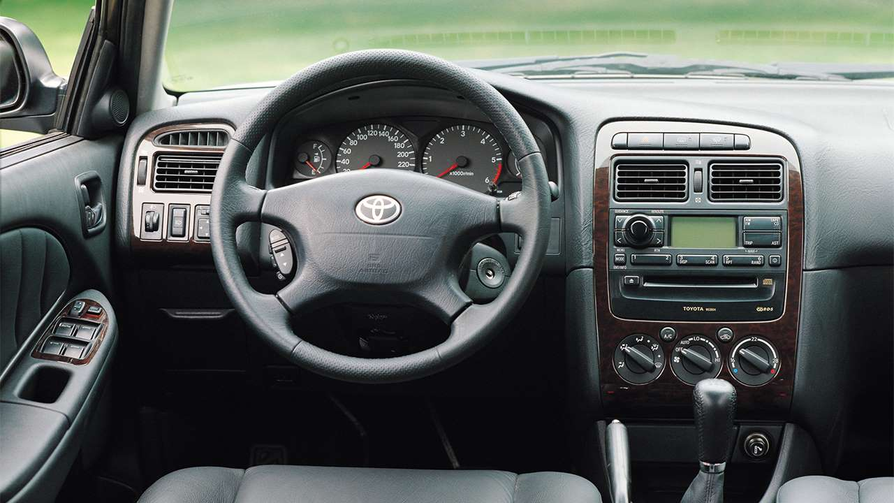 Салон первого поколения Toyota Avensis