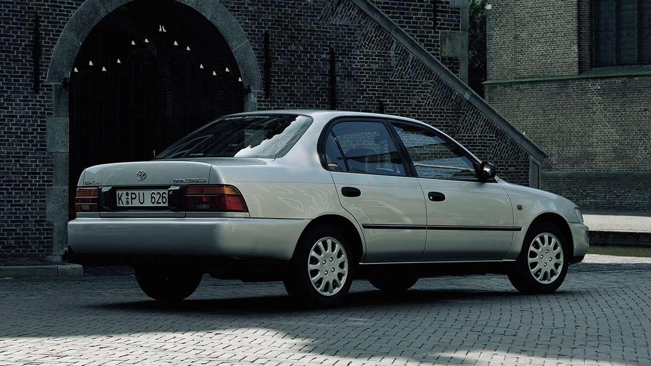 Задняя часть седана Toyota Corolla E100