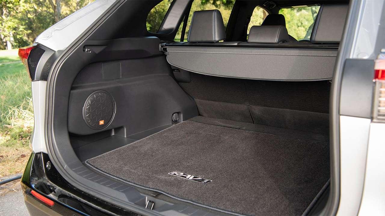 Фото багажника Тойоты РАВ4 2020-2021