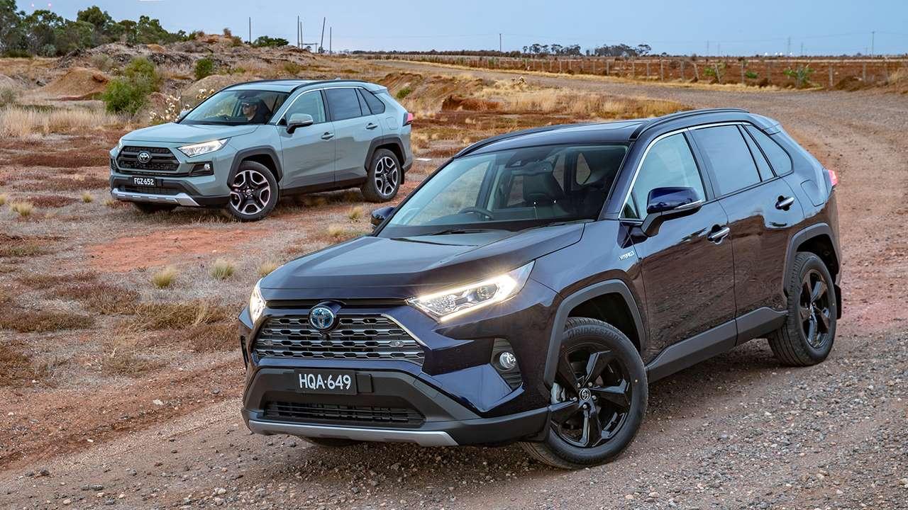 Два кроссовера Toyota RAV4 2020-2021