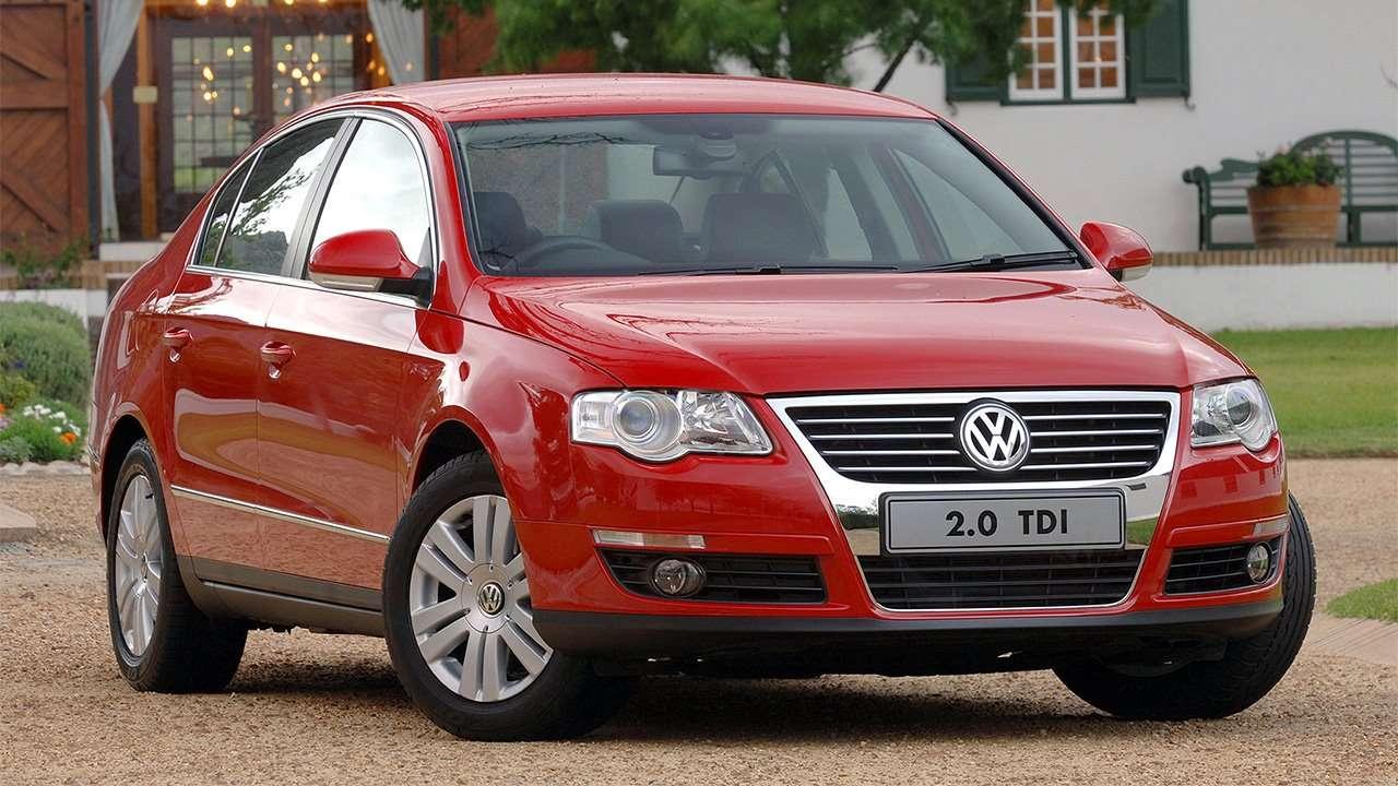 Красный седан Volkswagen Passat B6