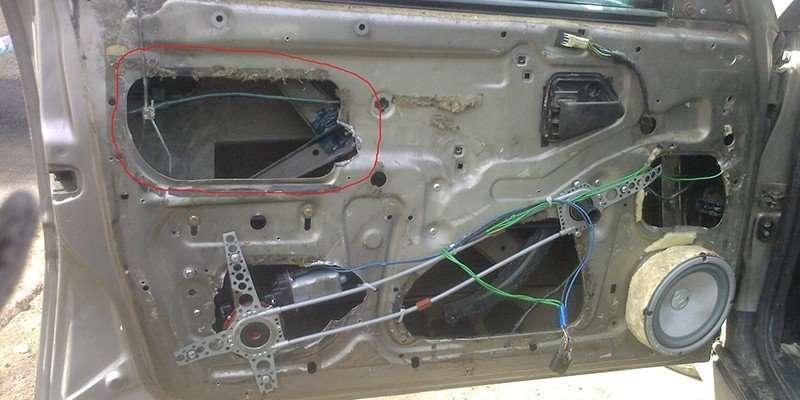Разобранная дверь с электрическим стеклоподъемником